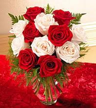 Zonguldak uluslararası çiçek gönderme  5 adet kirmizi 5 adet beyaz gül cam vazoda