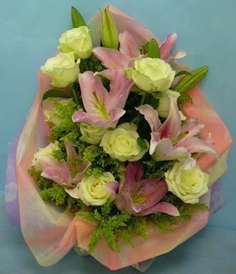 11 adet gül ve 2 adet kazablanka buketi  Zonguldak internetten çiçek satışı