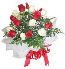 Zonguldak çiçek , çiçekçi , çiçekçilik  12 adet kirmizi ve beyaz güller buket