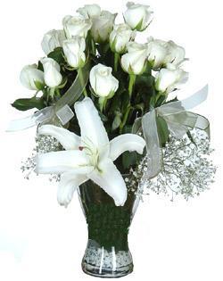 cam içerisinde 11 beyaz gül ve 1 kazablanka  Zonguldak çiçek siparişi sitesi