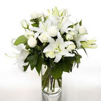 Zonguldak çiçek gönderme sitemiz güvenlidir  1 dal cazablanca 7 adet beyaz gül vazosu