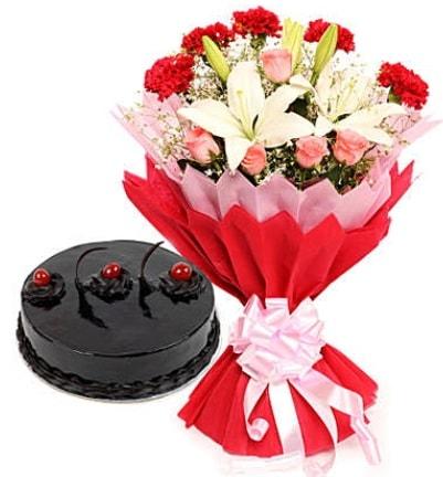 Karışık mevsim buketi ve 4 kişilik yaş pasta  Zonguldak İnternetten çiçek siparişi